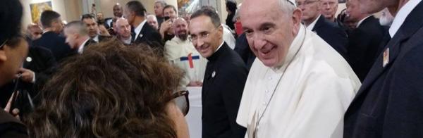 Montse Prats RSCJ con el Papa Francisco en su visita